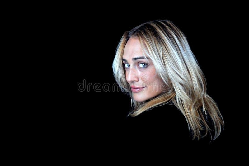 Sexy blonde vrouw op zwarte achtergrond. royalty-vrije stock afbeelding