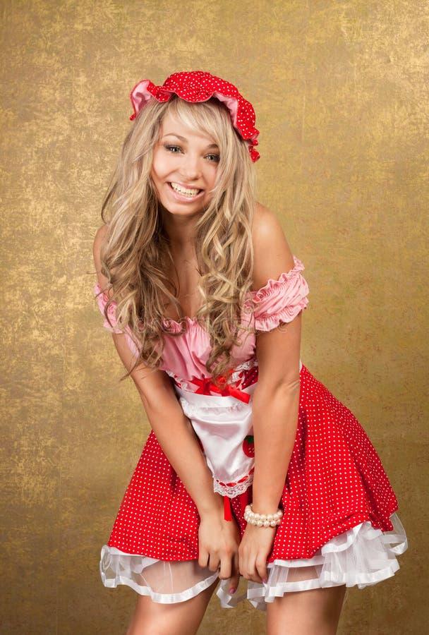 Sexy blonde vrouw in rode uitstekende kleding royalty-vrije stock fotografie