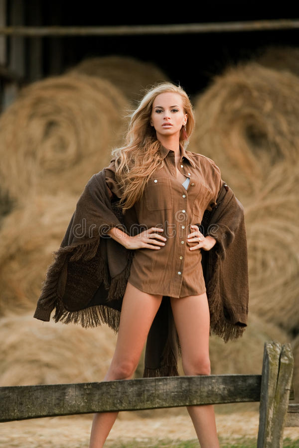 Sexy blonde vrouw in schuur royalty-vrije stock foto's