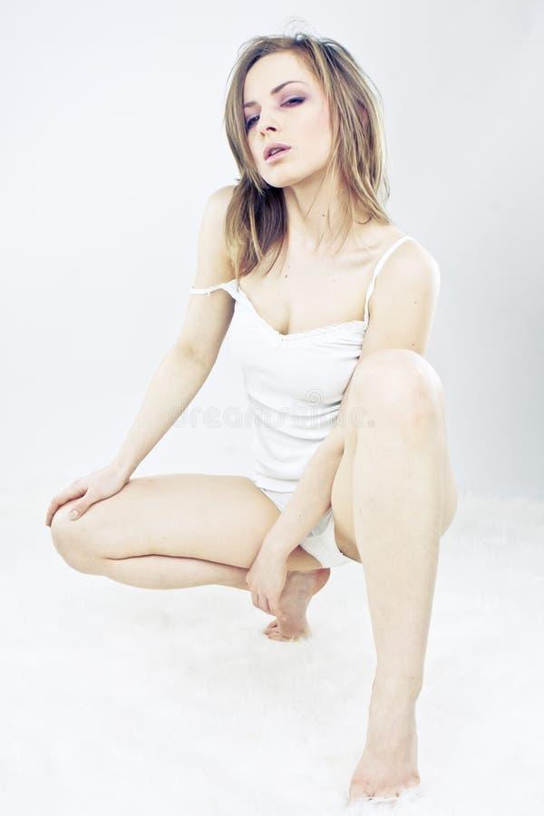 sexy blonde vrouw in wit ondergoed   royalty-vrije stock afbeeldingen