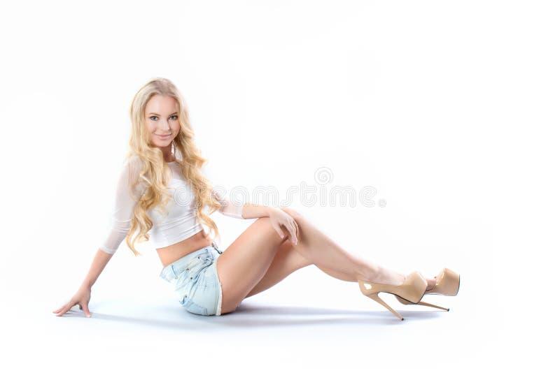 Sexy blonde vrouwelijke mannequin met lang krullend haar stock afbeeldingen
