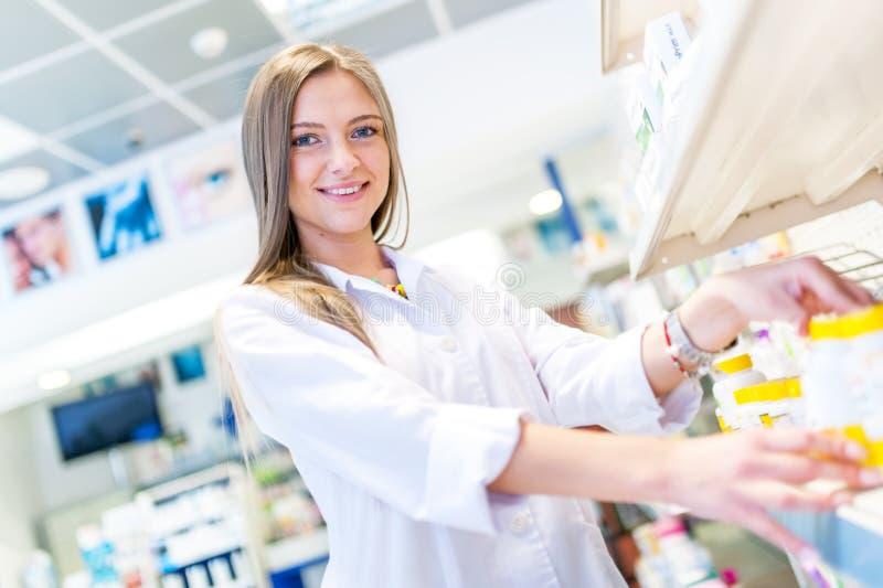Sexy blonder Apotheker, der Antibiotika verkauft lizenzfreie stockfotos