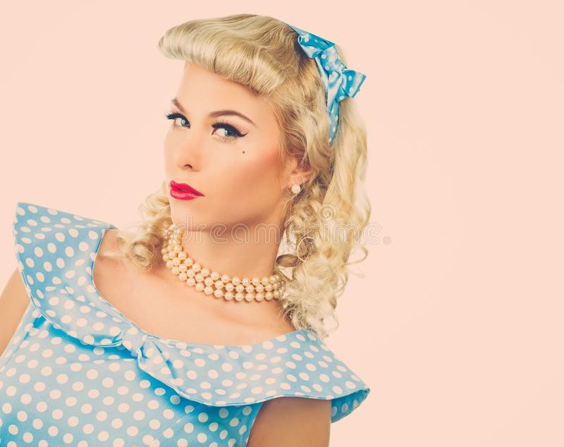 Sexy blonder Stift herauf junge Frau lizenzfreie stockfotos