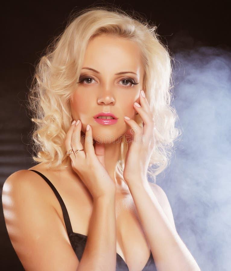 Sexy blondes Mädchen. lizenzfreie stockfotografie