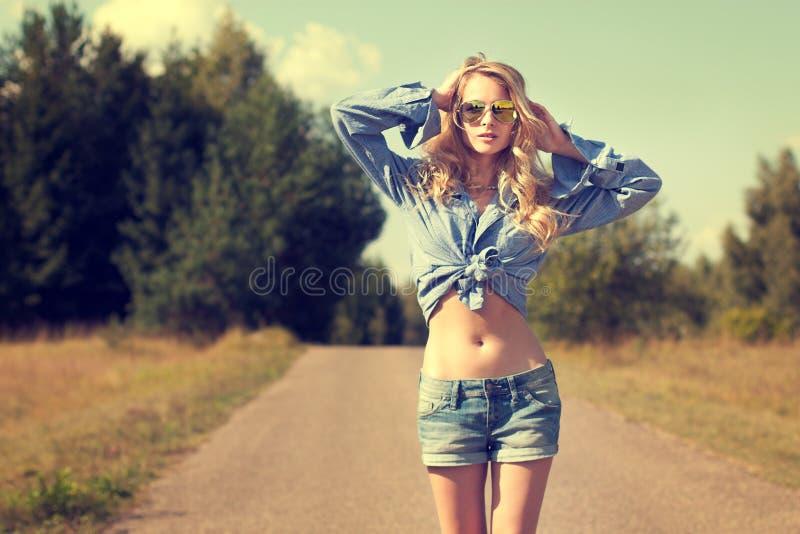 Sexy Blondevrouw met Handen achter haar Hoofd stock foto