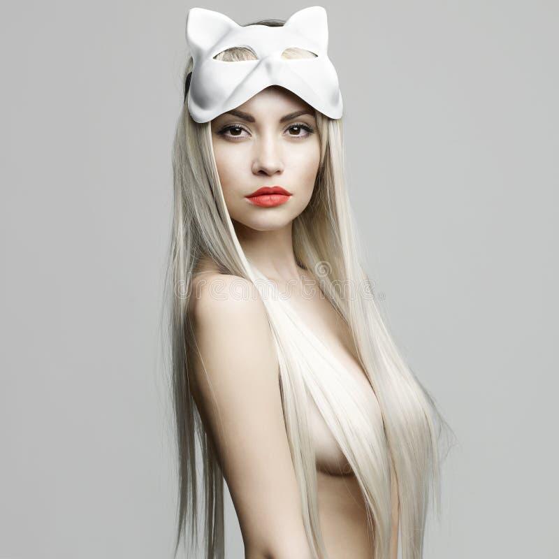Sexy Blondine in der Katzenmaske stockbilder