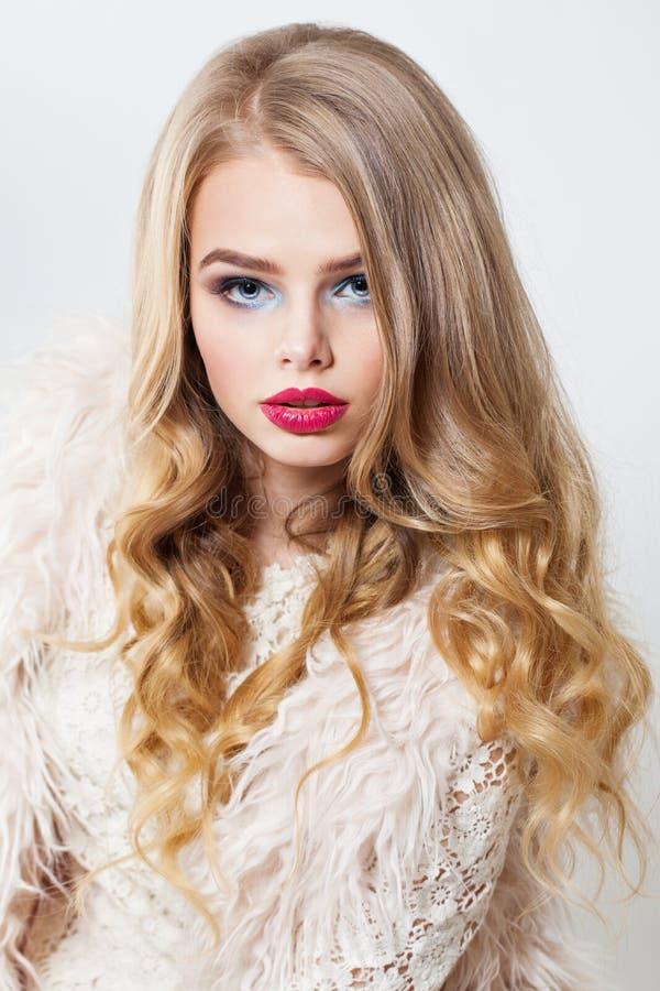 Sexy Blondine mit dem perfekten gelockten Haar und Make-up Sch?nes vorbildliches Portrait stockfotografie