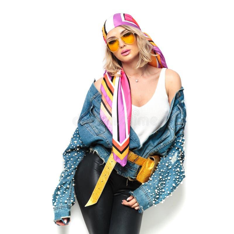 Sexy Blondine mit den zerteilten Lippen und Kopftuch werfen verlockendes auf stockfotos