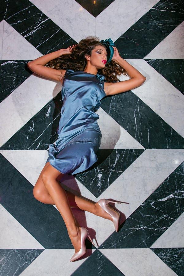 Sexy brunette die op de vloer hoogste mening liggen stock afbeelding