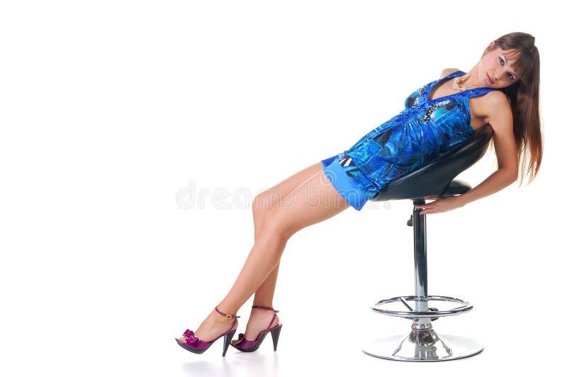 Sexy brunette in een blauwe kleding. stock afbeeldingen