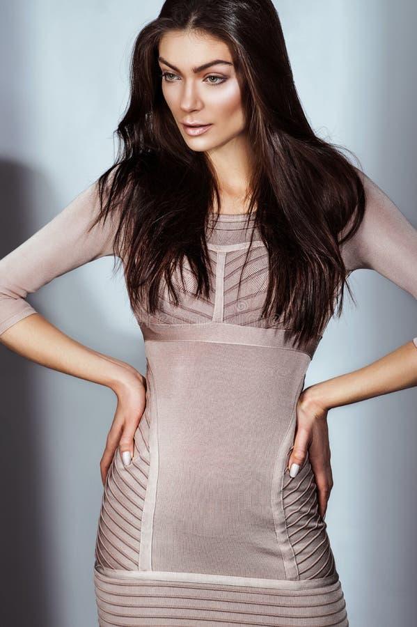 Download Sexy Brunette In Een Pastelkleurkleding Stock Foto - Afbeelding bestaande uit elegant, stijl: 54080928