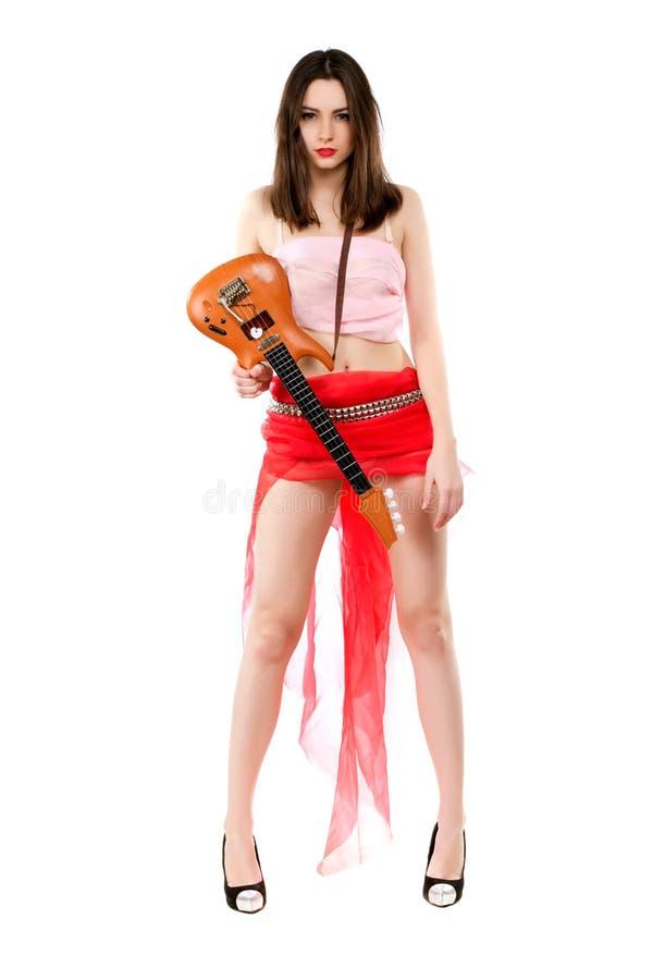 Sexy brunette met stuk speelgoed gitaar royalty-vrije stock afbeelding
