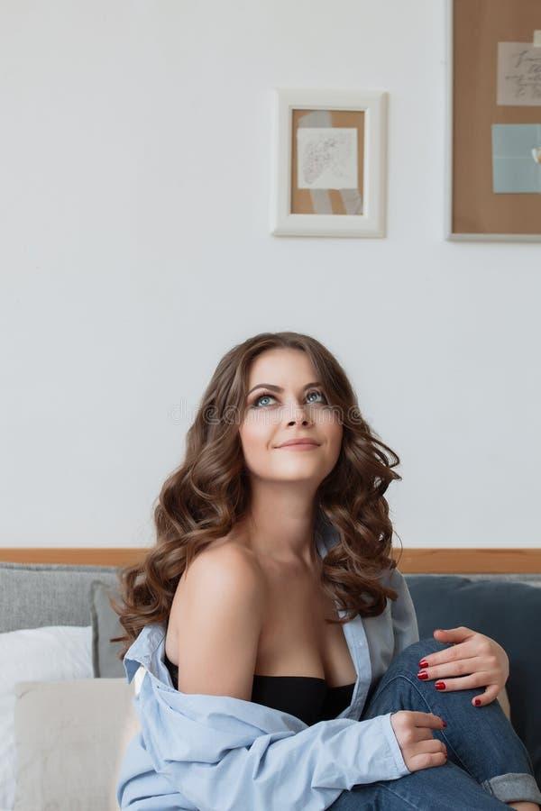 Sexy Brunettefrau in den Blue Jeans mit dem langen Haar stockbilder