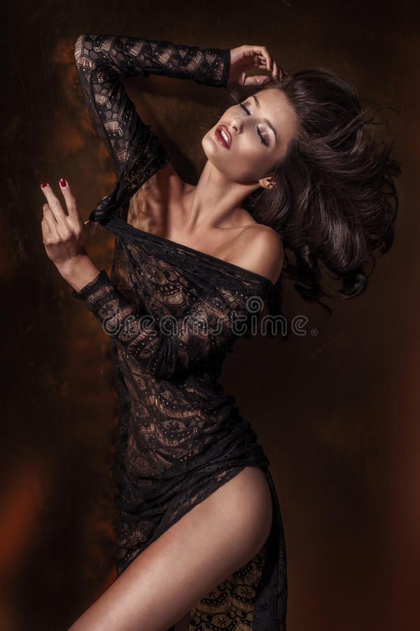 Sexy Brunettefrauentanzen stockbild