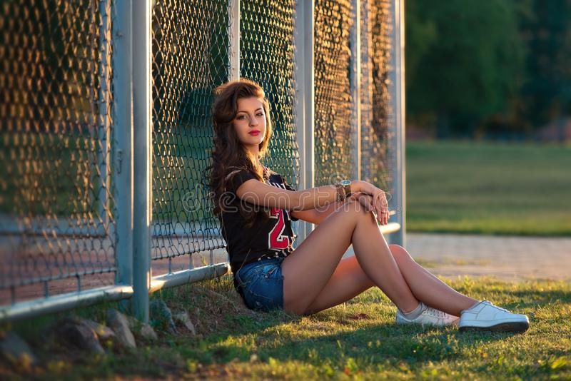 sexy Brunettemädchen mit tragender kurzer Jeanshose des sportlichen Körpers Straßenmode des zeitgenössischen Jugendmädchens stockbilder