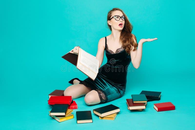 Sexy Buch des weiblichen Lehrers Leseüberraschte das Gestikulieren lizenzfreies stockfoto