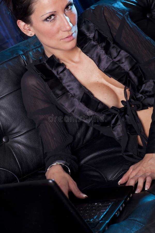 Sexy Chat - attraktive Frau, die Laptop-Computer verwendet stockfotografie
