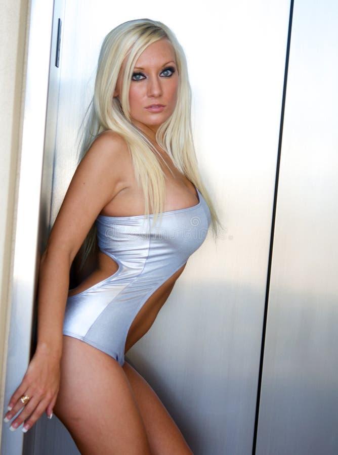 Sexy curvy blonde vrouw stock afbeeldingen