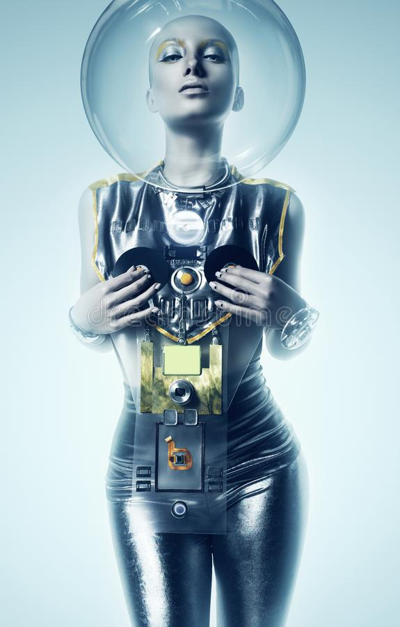 Sexy cyborgvrouw in helm in mist stock afbeelding