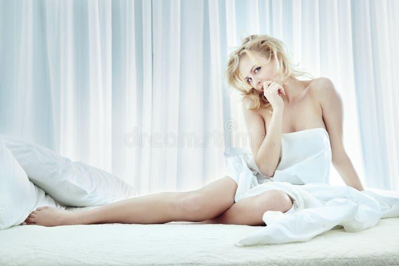 Sexy dans la chambre à coucher images libres de droits