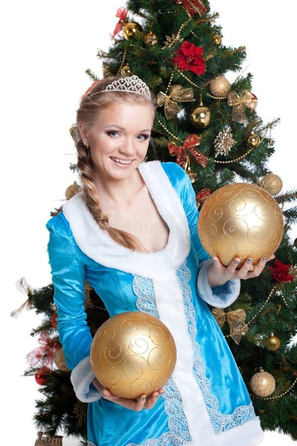 Sexy de glimlach en de greep gouden ballen van het Kerstmismeisje stock foto