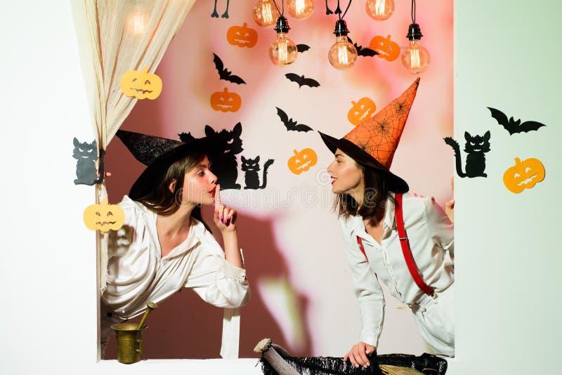Sexy de Vampierdame van de glamourmanier met heksenkostuum 31 Oktober Maak omhooggaand en eng concept voor de mens De partij van  stock fotografie