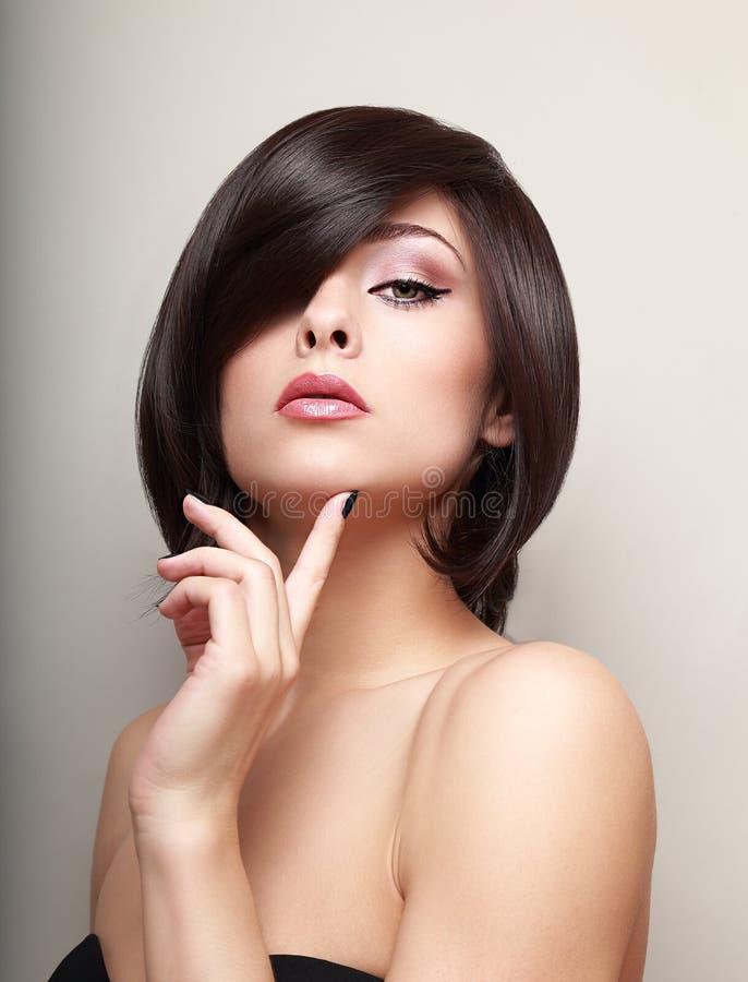 Sexy denkend verleidelijk meisje met kort haar stock fotografie
