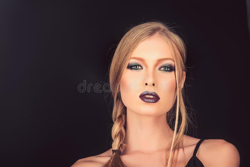 Sexy die vrouw met blondehaar op zwarte wordt geïsoleerd De make-up kijkt en skincare van sensueel meisje Meisje met vlecht blond stock afbeelding