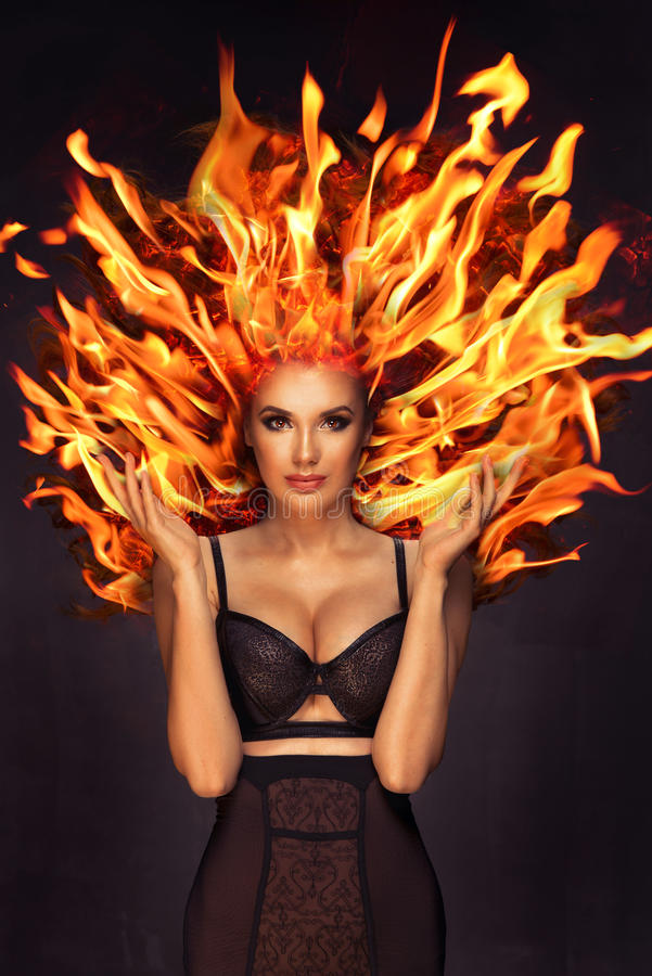 Sexy donkerbruine vrouw met brand op hoofd stock afbeeldingen