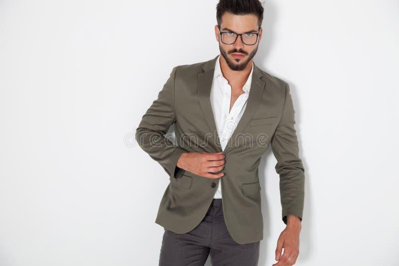 Sexy elegante mens die zijn laag dichtknopen royalty-vrije stock foto