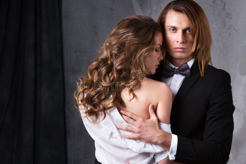 Sexy elegante Paare in der zarten Leidenschaft stockbild