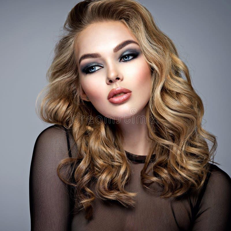 Sexy en elegant blond meisje met lang haar stock foto