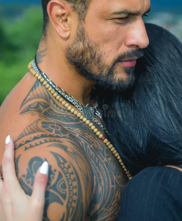 Sexy en fit vrouw en knuffelende knappe man met tatoeage Passie en sensuele aanraking Jonge echtgenoten houden van elkaar knuffel stock afbeeldingen