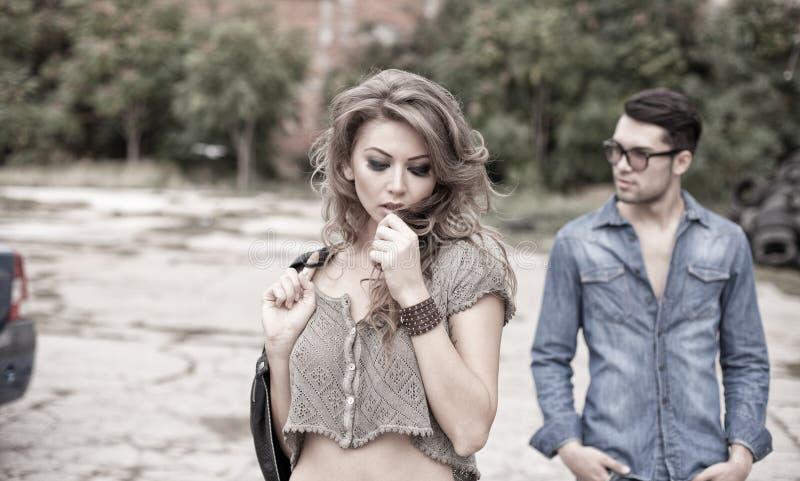 Sexy en modieus paar die dramatische jeans dragen stock afbeeldingen