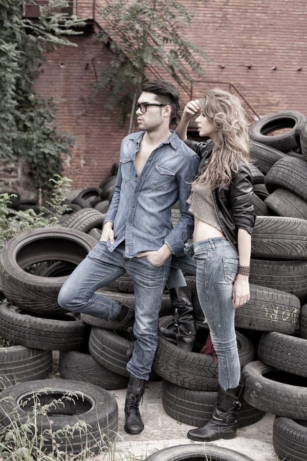 Sexy en modieus paar die dramatische jeans dragen royalty-vrije stock fotografie