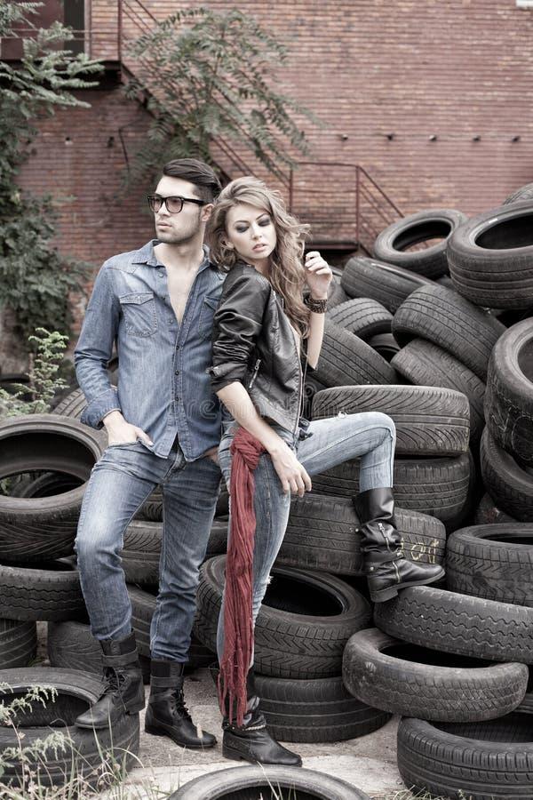 Sexy en modieus paar die jeans dragen stock afbeelding