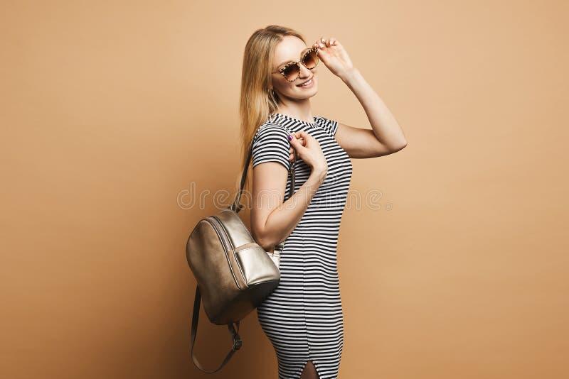 Sexy en mooi blonde modelmeisje met perfect sportief lichaam en charmante glimlach, in modieuze luipaardzonnebril en in a royalty-vrije stock fotografie