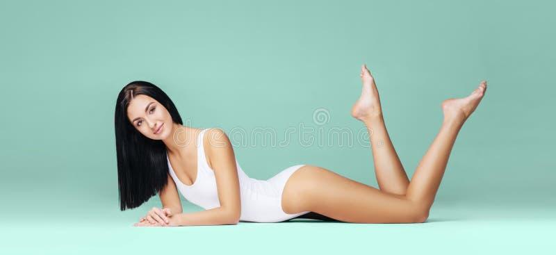Sexy en mooie vrouw in ondergoed Mooi en gezond meisje met het jonge en geschikte lichaam stellen in ondergoed Sport stock foto's