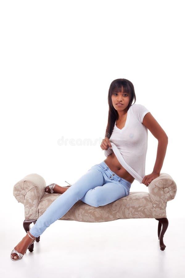 Sexy ethnische verlockende ausziehende Frau lizenzfreies stockbild