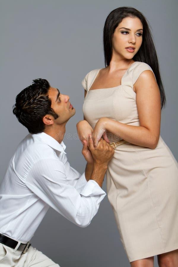 Sexy etnisch paar in liefde royalty-vrije stock fotografie
