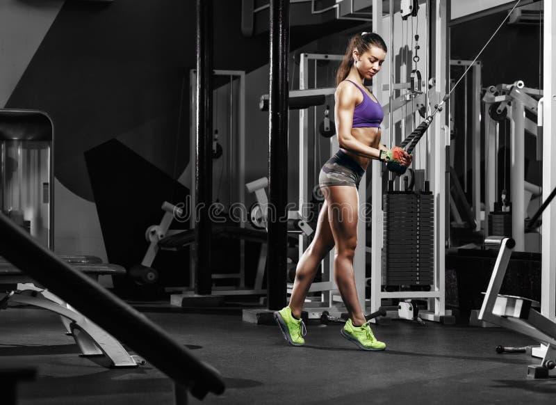Sexy fitness brunette die oefeningen in de sportgymnastiek doen royalty-vrije stock foto