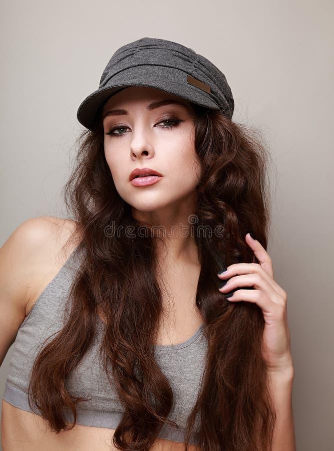 Sexy flippiges weibliches Haar haltenes und flirtendes Modell stockfotografie