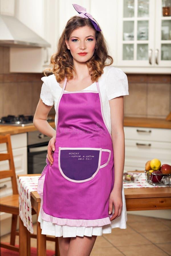 Sexy Frau in der Küche stockfoto