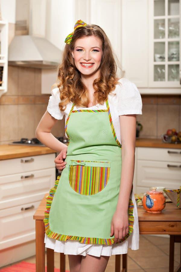 Sexy Frau in der Küche lizenzfreie stockfotos
