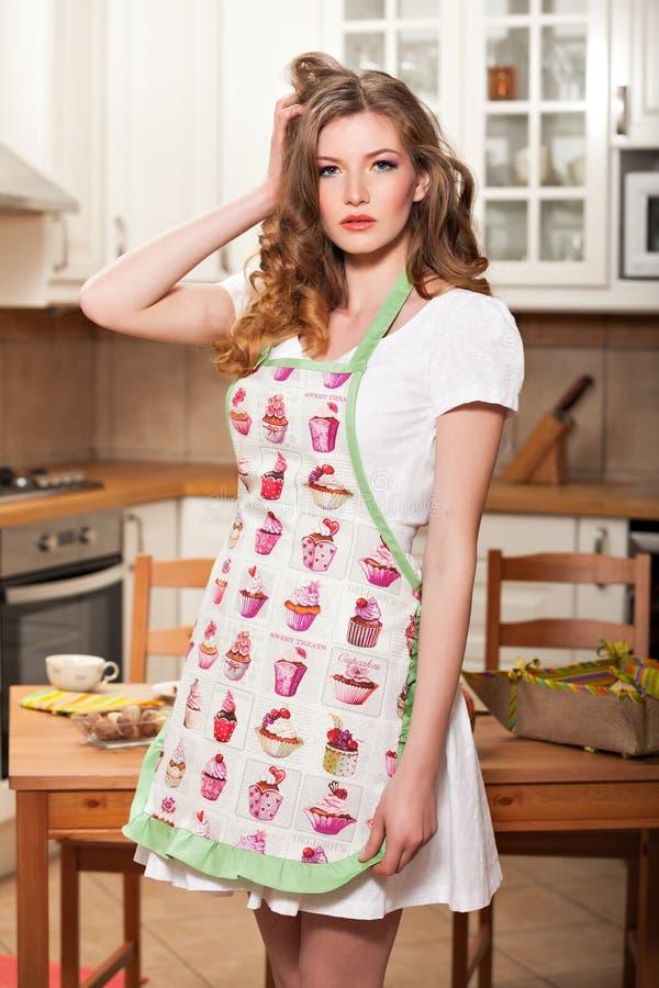 Sexy Frau in der Küche stockbilder