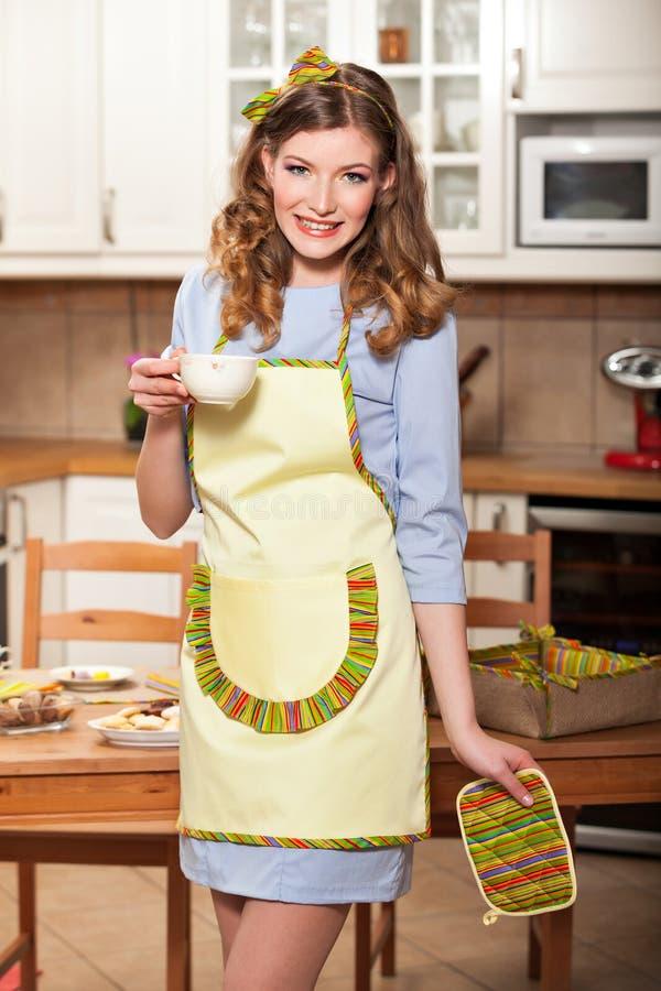Sexy Frau in der Küche stockbild