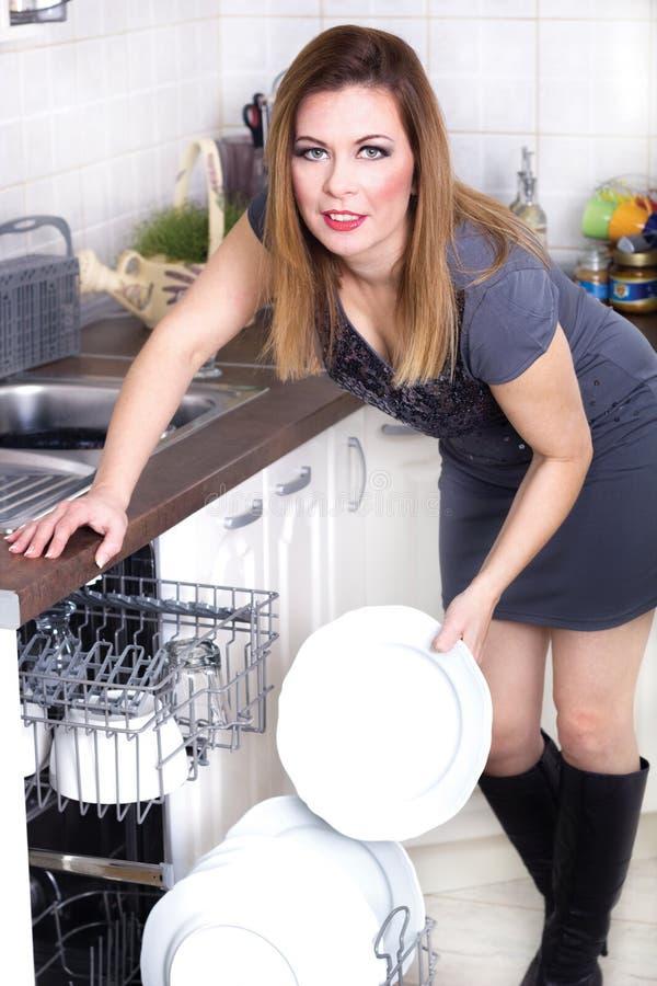 Sexy Frau in der Küche, die Hausarbeit tut lizenzfreie stockfotos
