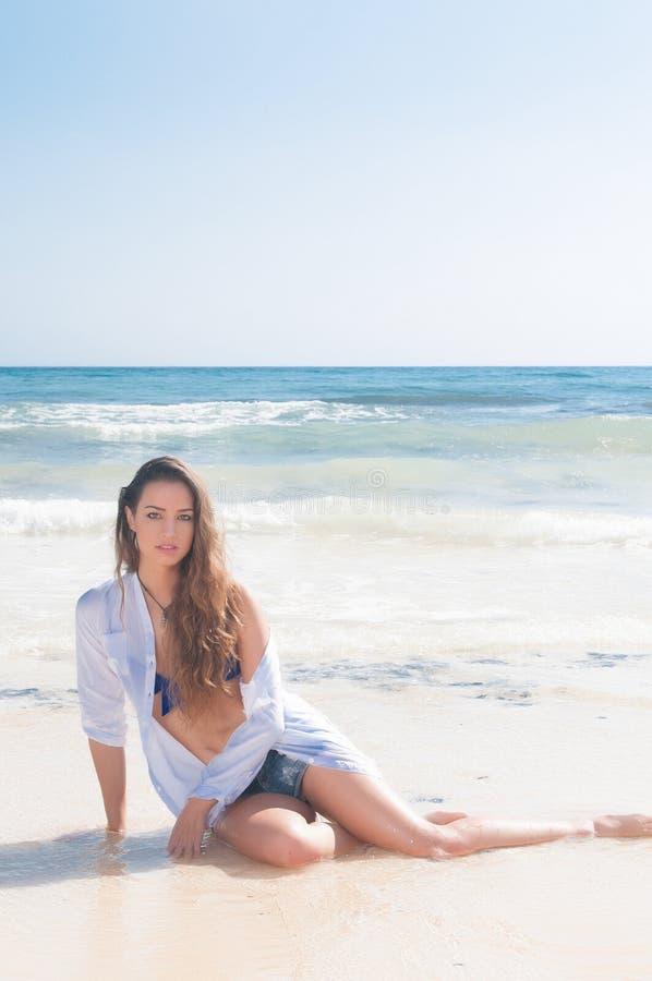 Sexy Frau in der Küste lizenzfreie stockbilder