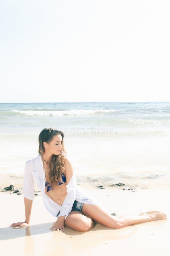Sexy Frau in der Küste stockfotos
