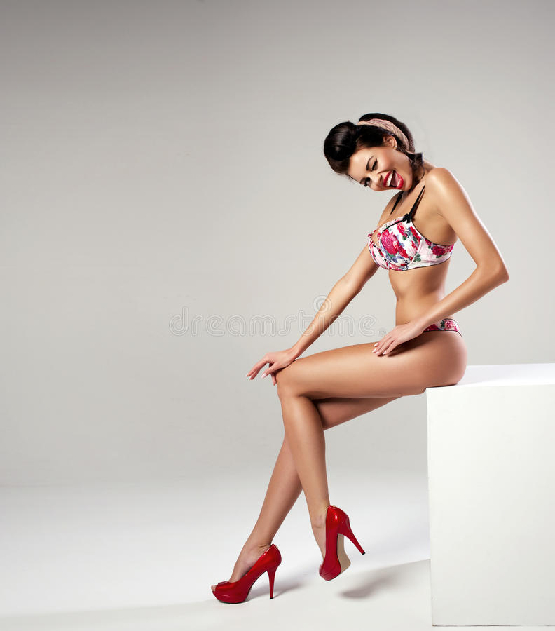 Sexy Frau der Mode mit den langen Beinen lizenzfreies stockbild
